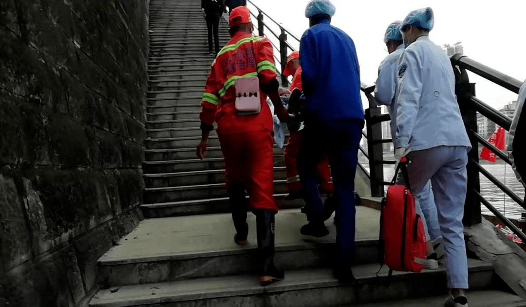 点赞!内江甜城湖清洁队员勇救落水群众