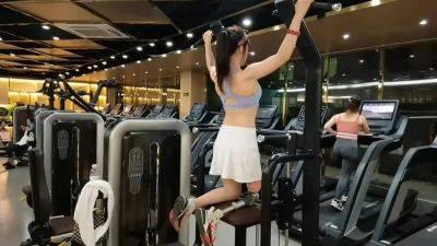 湖南29岁美女晒马甲线引全网爆赞,4岁时失去右腿!