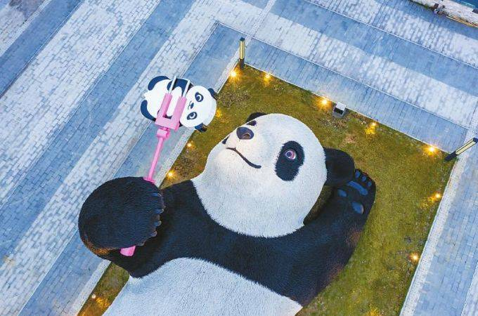 """都江堰市新增一处地标雕塑 这只""""大熊猫""""比IFS那只还大"""