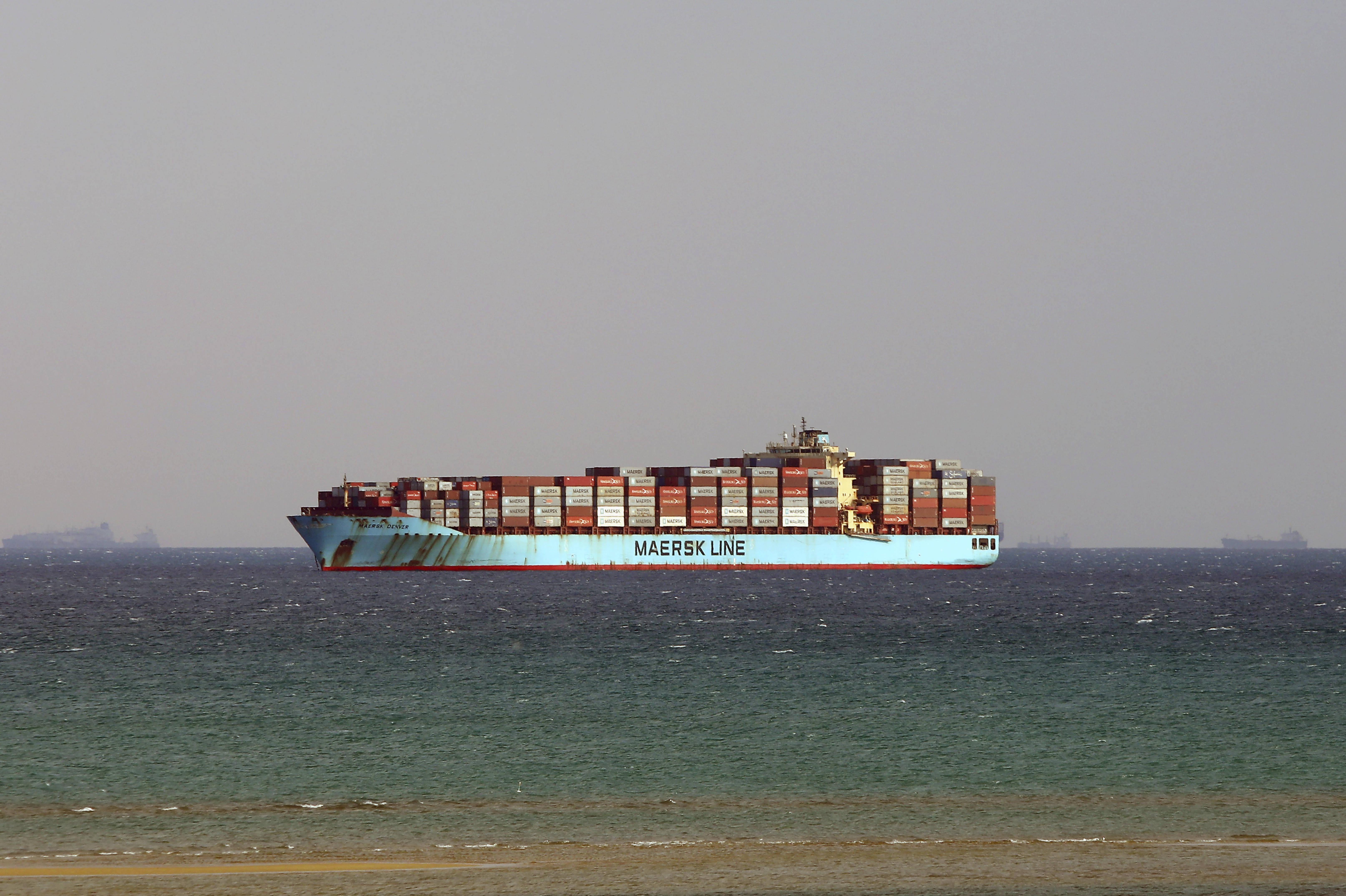 苏伊士运河堵塞危机持续 国际航运市场添新忧