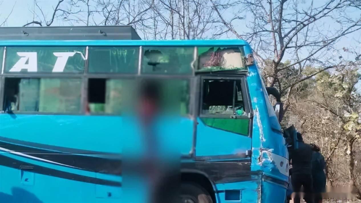"""11岁女孩将头伸出车窗外呕吐,竟被对面卡车""""断首"""""""