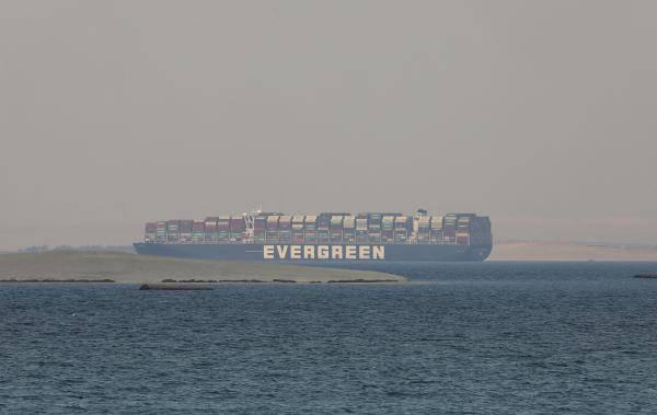 埃及官员:搁浅货轮调查结束前不得离开苏伊士运河