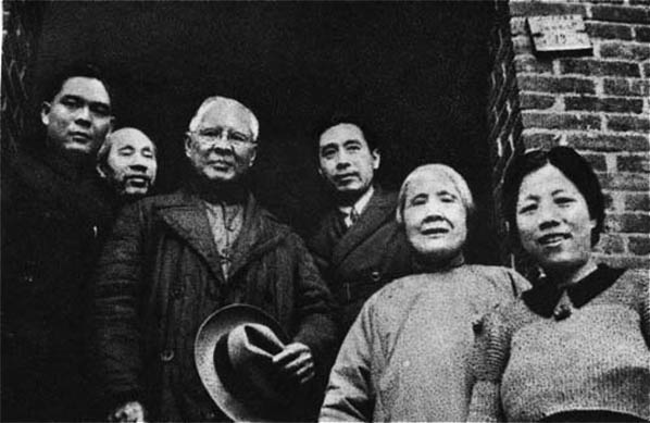 安良堂总堂主司徒美堂(左三)与周总理合影