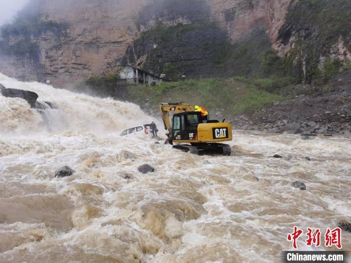 湖北秭归一司机被困河中 民警坐挖机施救