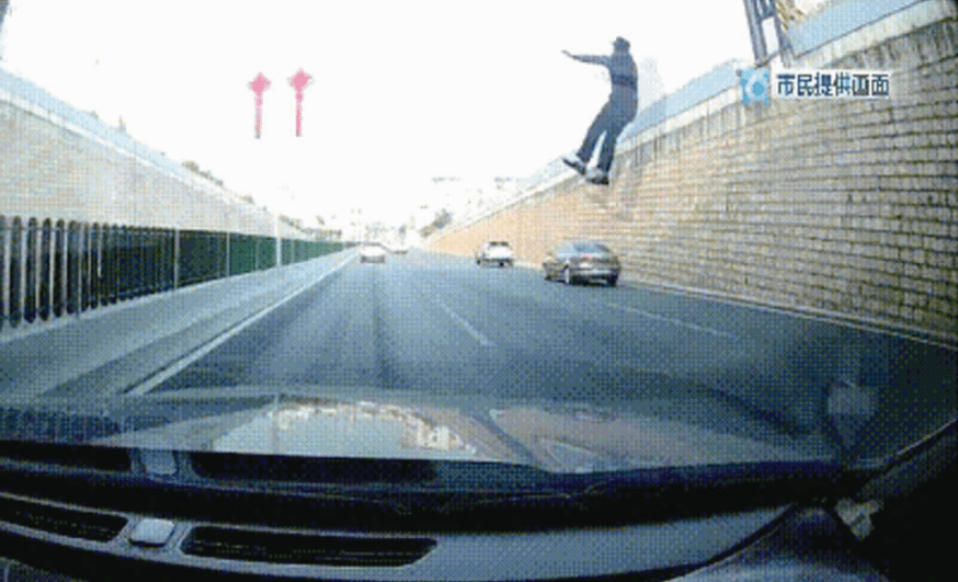 惊险!昆明一男子从天桥坠落北二环身亡