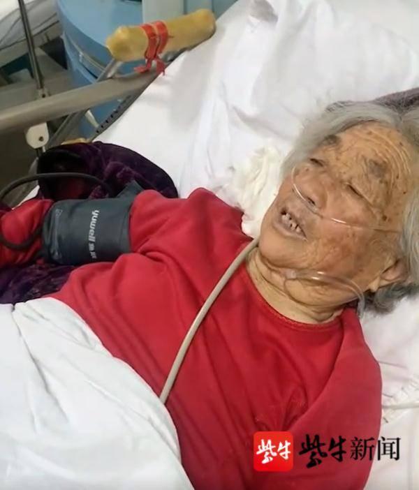 """""""他担忧她没有了"""" 91岁祖父深更半夜让小孙子背自身到医院看"""