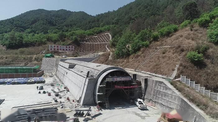 成昆铁路扩能改造工程冕宁至米易段全线25座隧道全部贯通