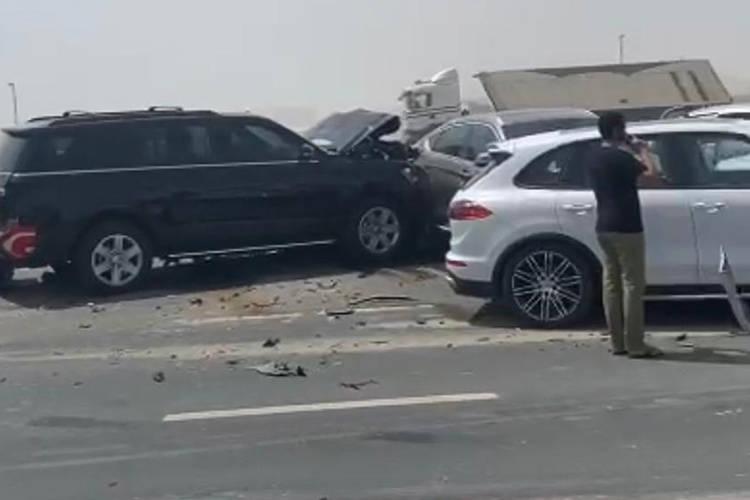 阿联酋迪拜发生车祸,34辆车连环相撞