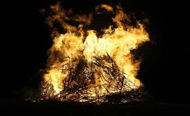 印度73岁父亲感染新冠去世,火化时小女儿跳入火堆