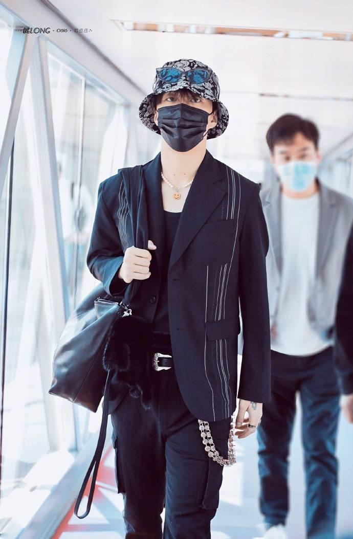 范丞丞all black男模造型现身机场 母亲节带着丞爸丞妈去上海啦!