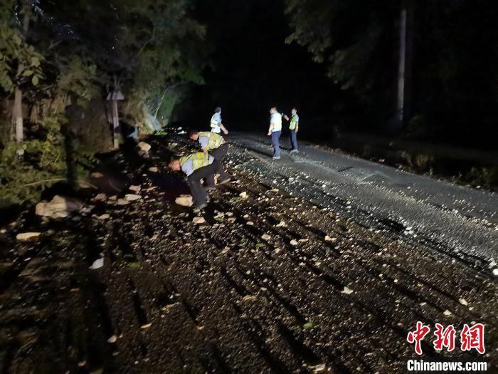云南大理进行交通管制 保障地震救援车辆通行
