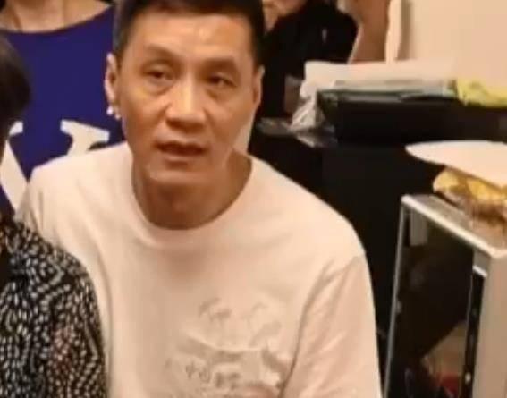 58岁冯远征携66岁妻子聚会,眼窝凹陷发黑太憔悴