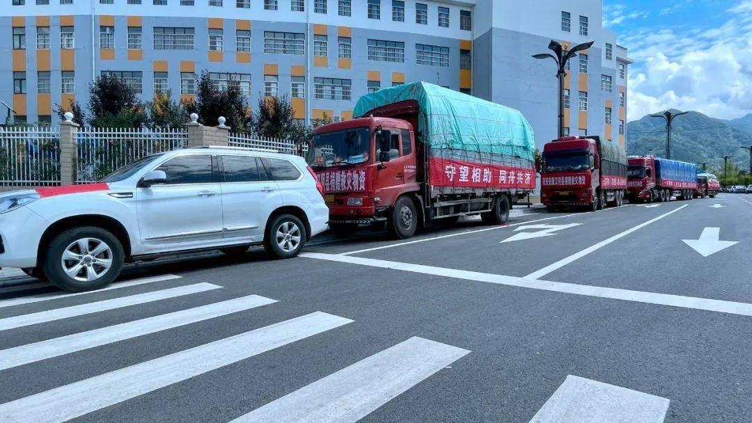 关注 | 汉阴紧急调集100万元救援物资连夜送达河南