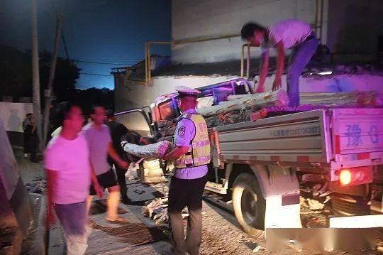 【暖新闻】货车刹车失灵酿事故警民携手开展救助