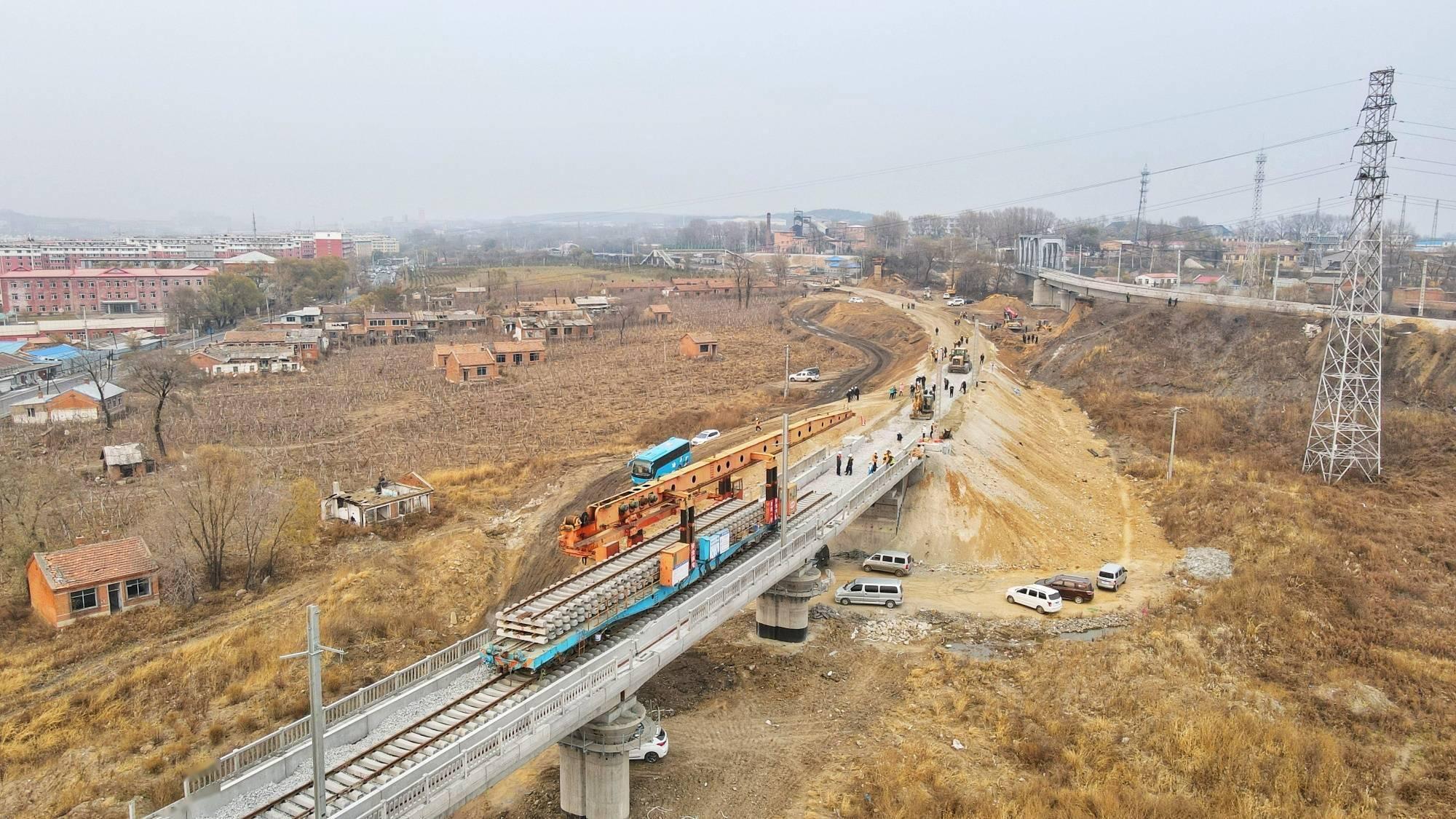 我国在建最东端快速铁路改造工程佳鹤铁路全线铺轨贯通